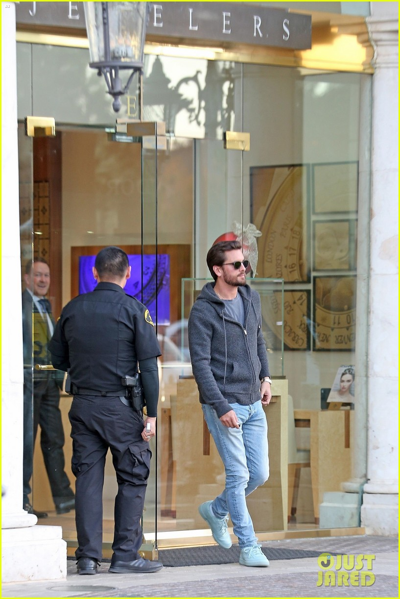 scott disick spends his afternoon shopping in calabasas 043994964