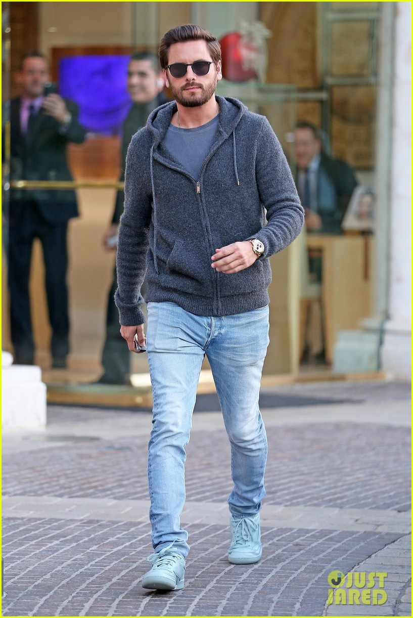scott disick spends his afternoon shopping in calabasas 063994966