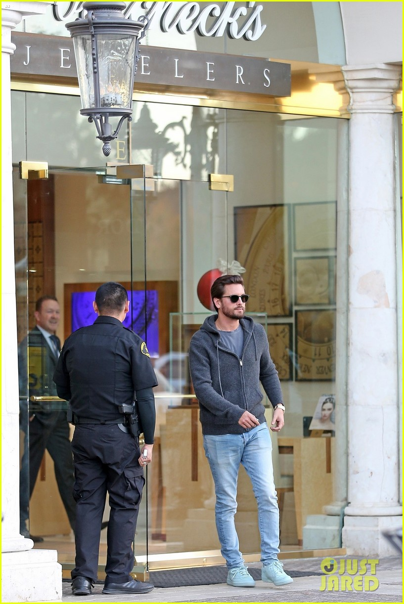 scott disick spends his afternoon shopping in calabasas 083994968