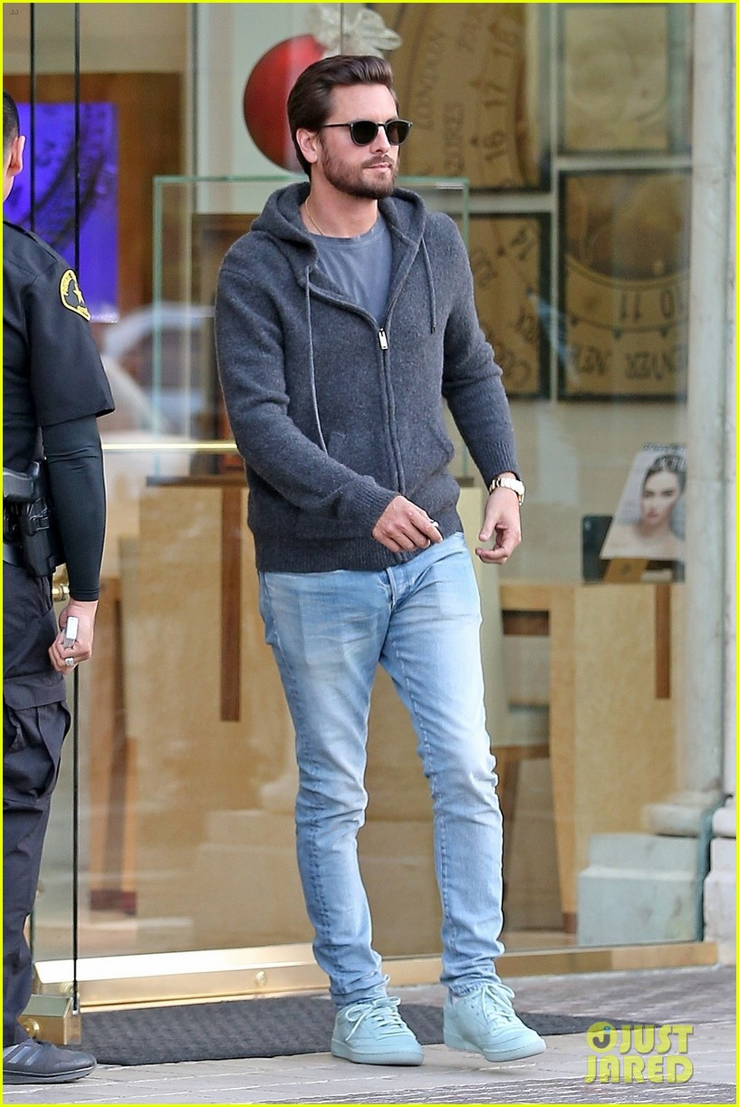 scott disick spends his afternoon shopping in calabasas 123994972