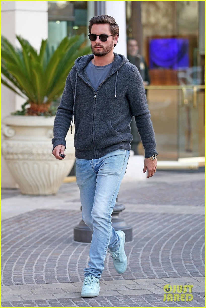 scott disick spends his afternoon shopping in calabasas 133994973