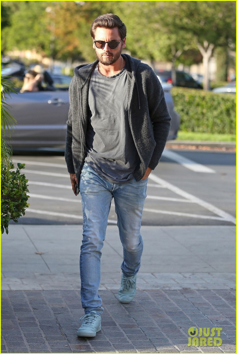scott disick spends his afternoon shopping in calabasas 153994975