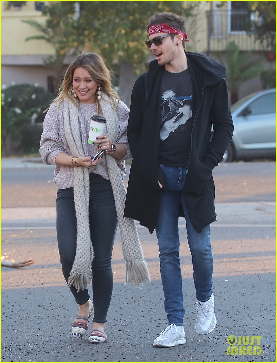 hilary duff boyfriend matthew koma share a kiss 033997508