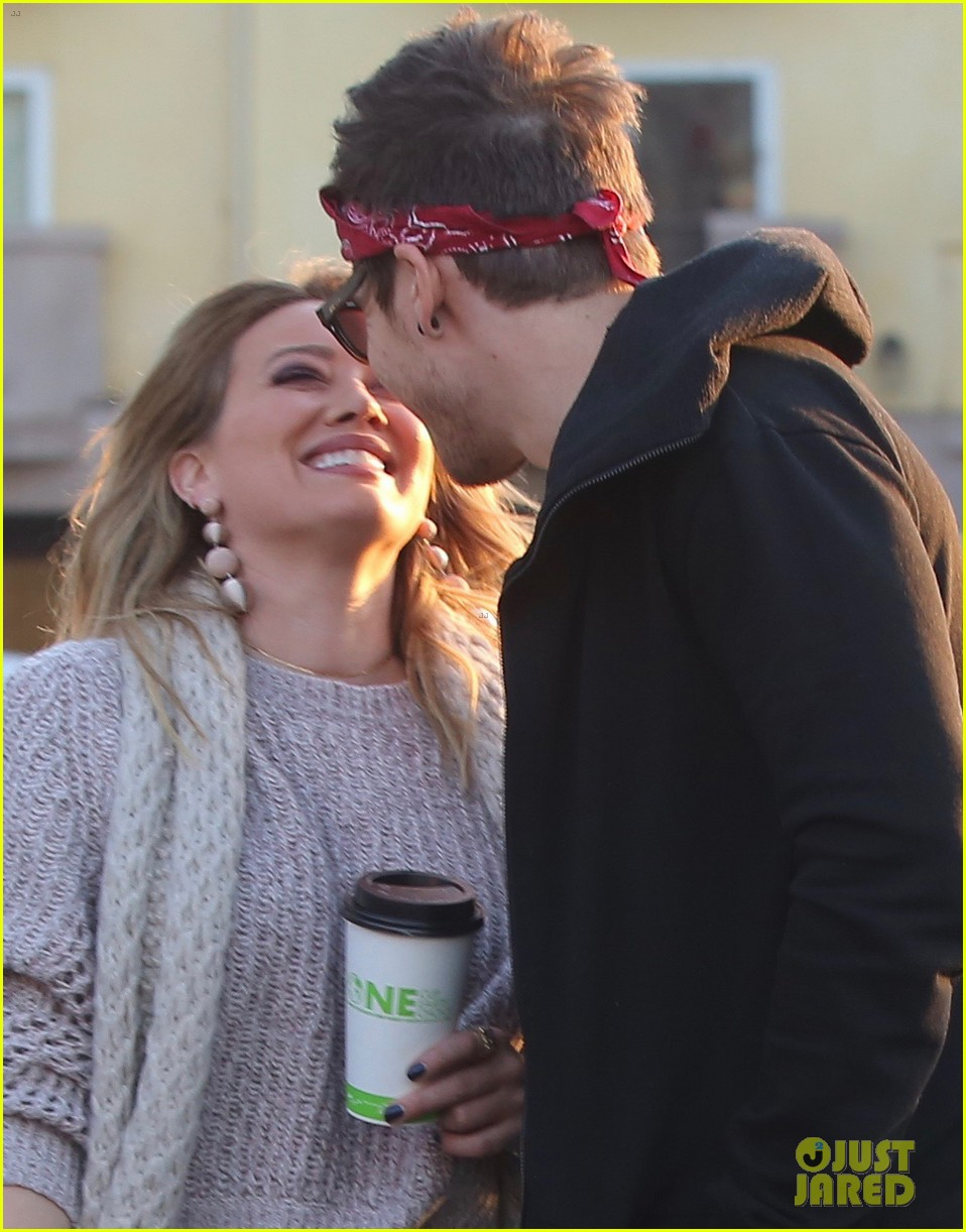 hilary duff boyfriend matthew koma share a kiss 083997513