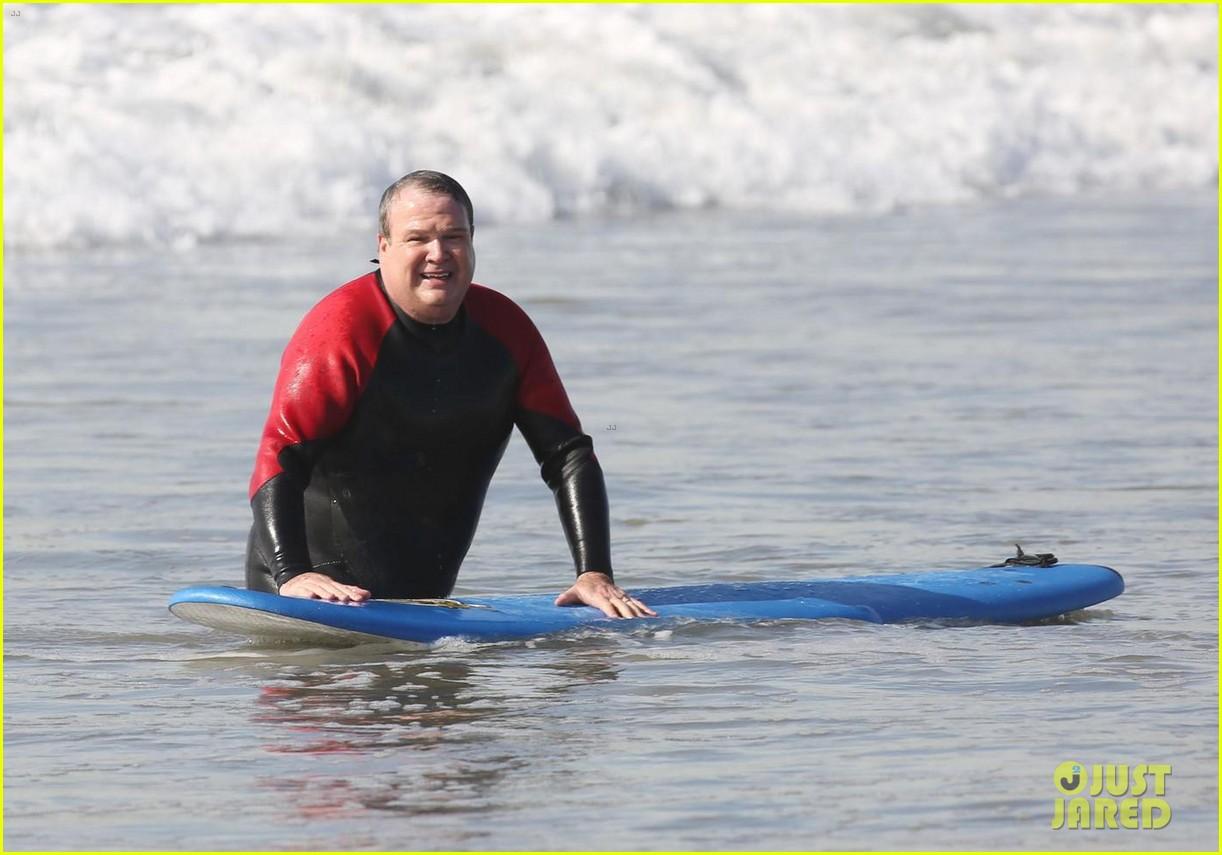 jesse tyler ferguson eric stonestreet go surfing while filming modern famil 024003237