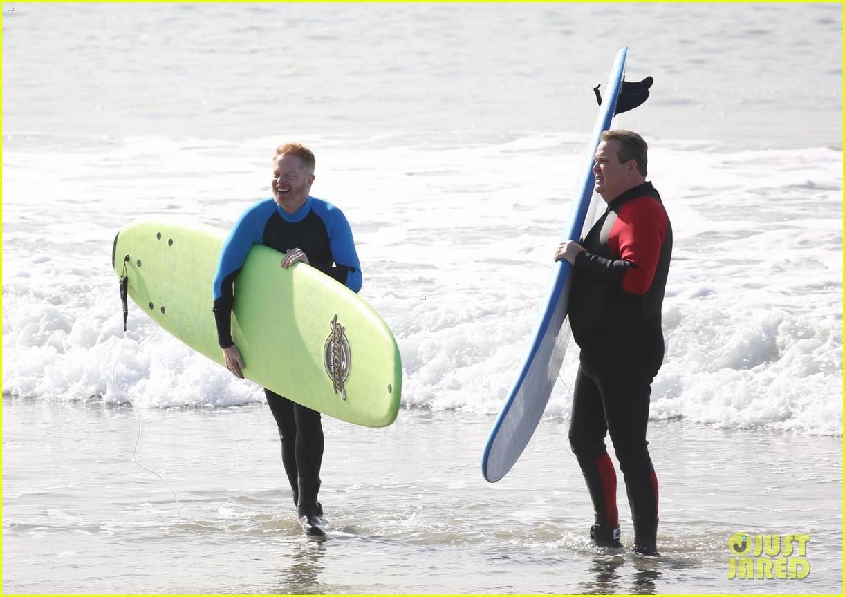 jesse tyler ferguson eric stonestreet go surfing while filming modern famil 034003238