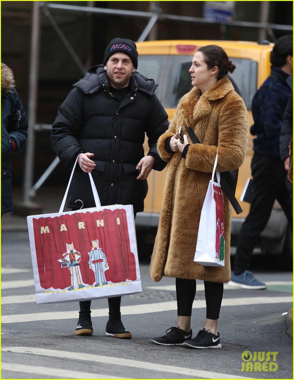 jonah hill does some christmas shopping in nyc 014002316