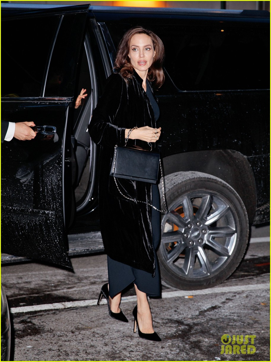 angelina jolie heads into an event 054001532