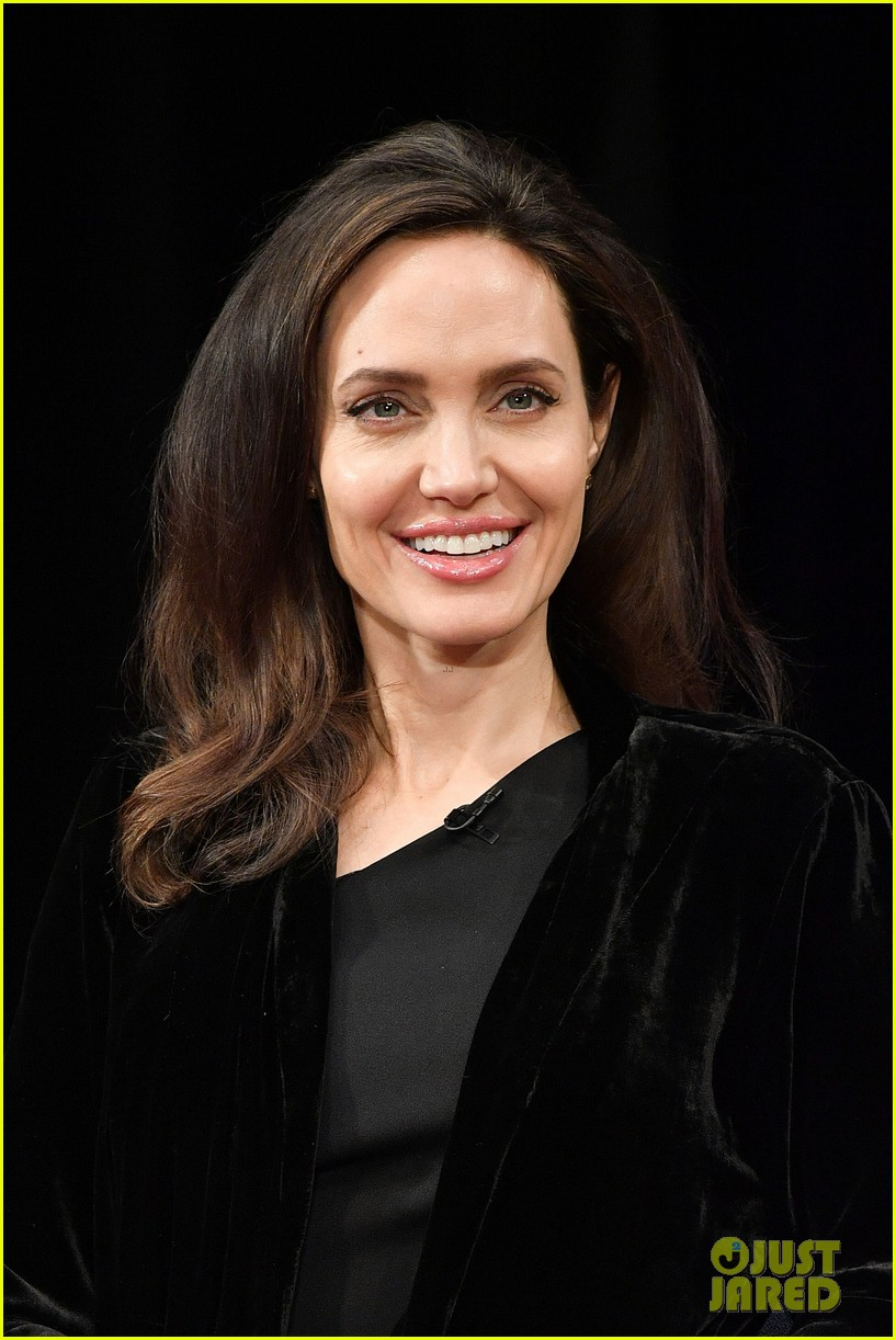 angelina jolie heads into an event 084001535