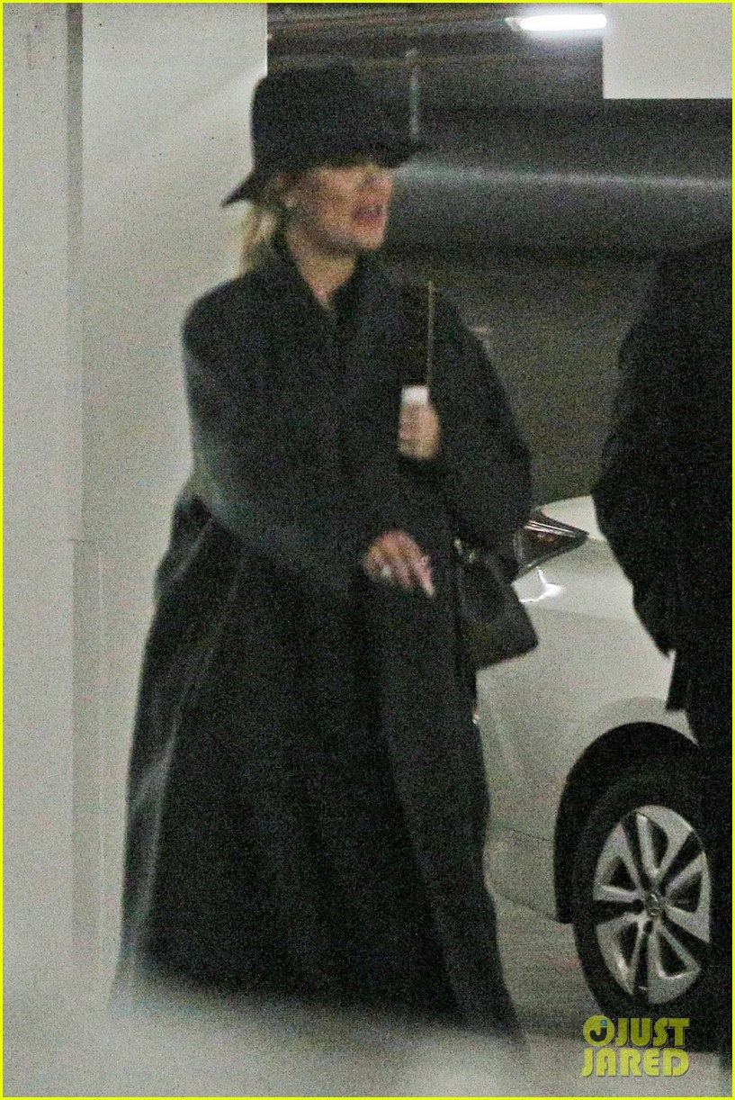 pregnant khloe kardashian starts off her day at the doctors 053998017