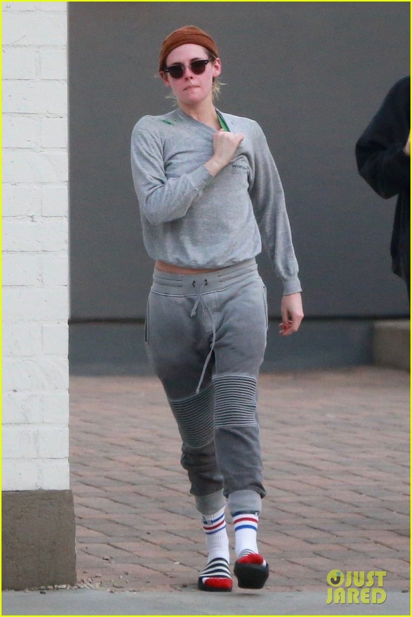 kristen stewart bares stomach in crop top after spa session 034002408
