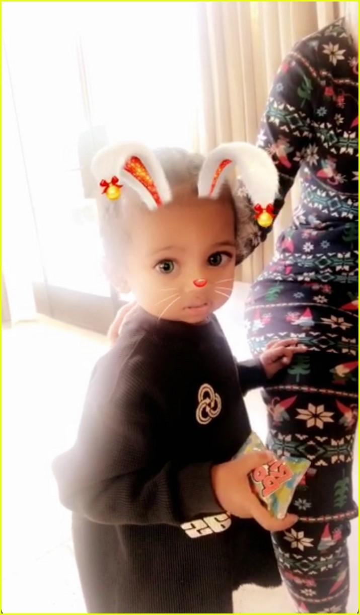 pregnant kylie jenner joins her family on christmas morning 064004561