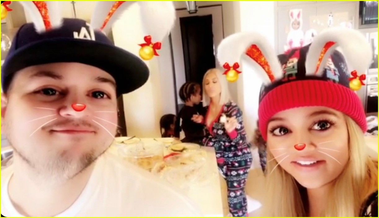 pregnant kylie jenner joins her family on christmas morning 104004565