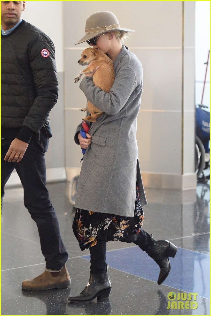 jennifer lawrence and her pup pippi catch a flight at jfk 014005781