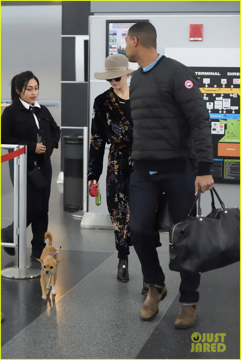 jennifer lawrence and her pup pippi catch a flight at jfk 044005784