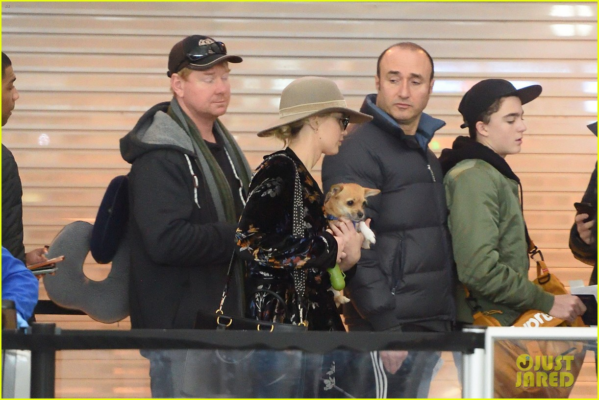 jennifer lawrence and her pup pippi catch a flight at jfk 054005785
