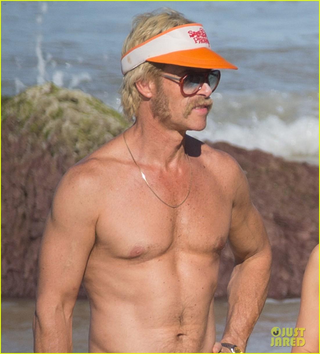 guy pearce bares hot body in new movie swinging safari 044000565