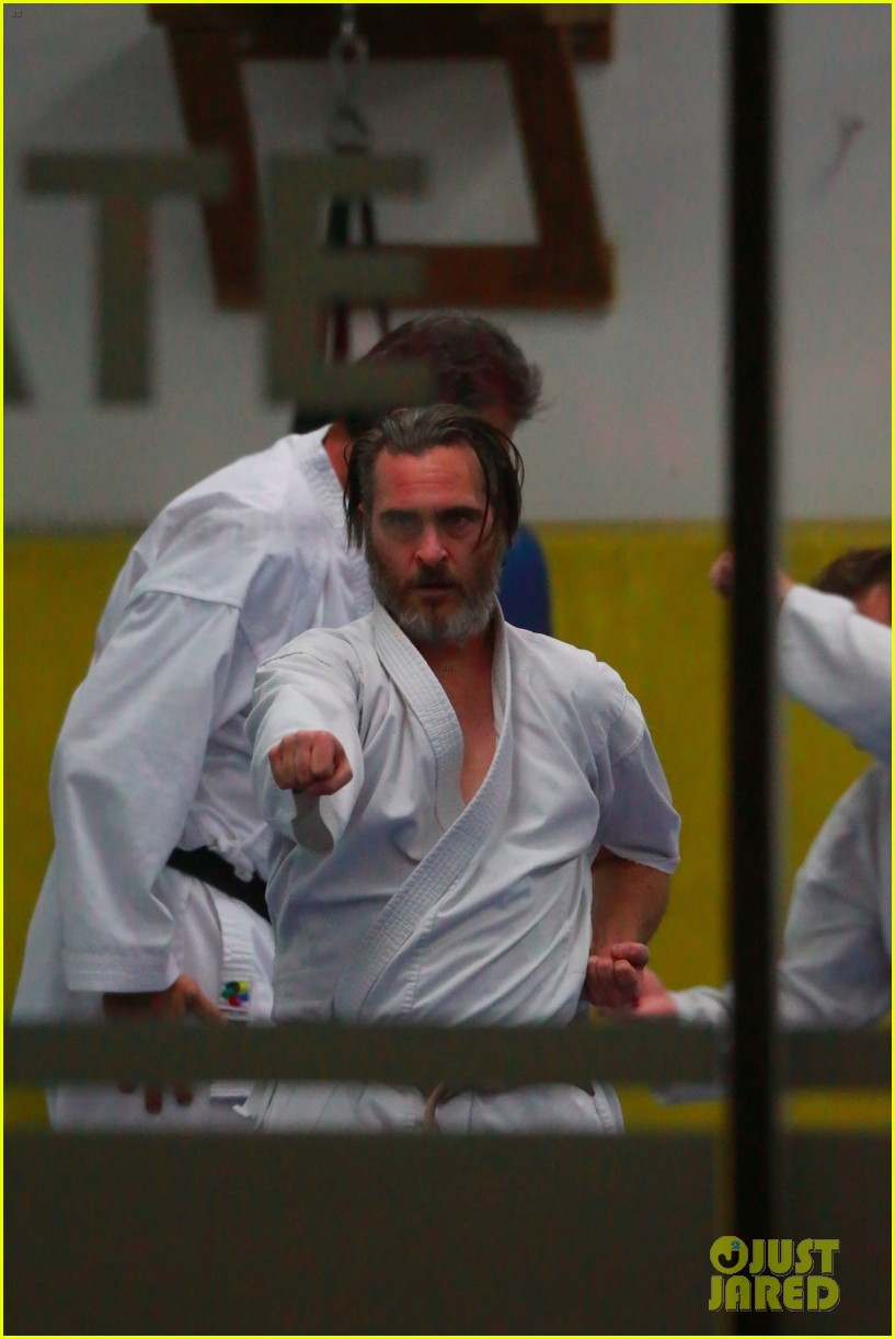 joaquin phoenix works up a sweat at his karate class 014003759