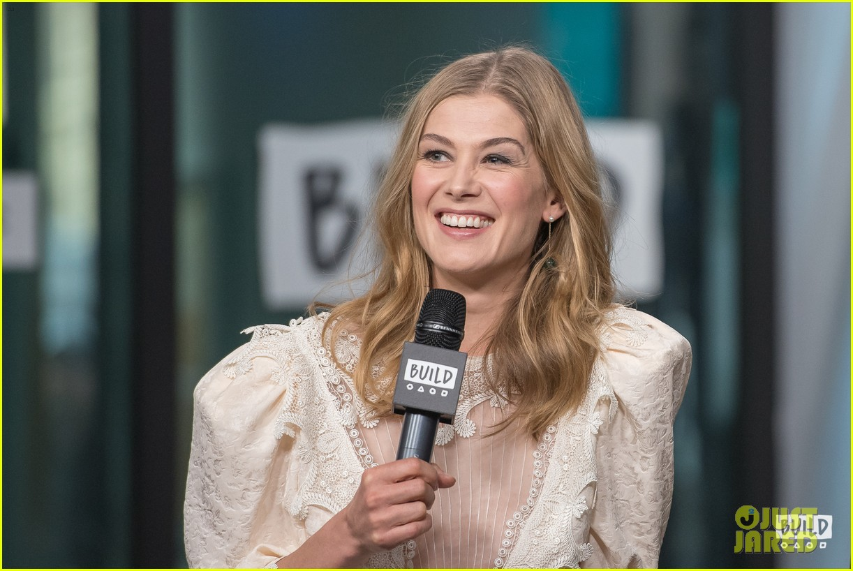 rosamund pike christian bale premiere hostiles in nyc 024002821