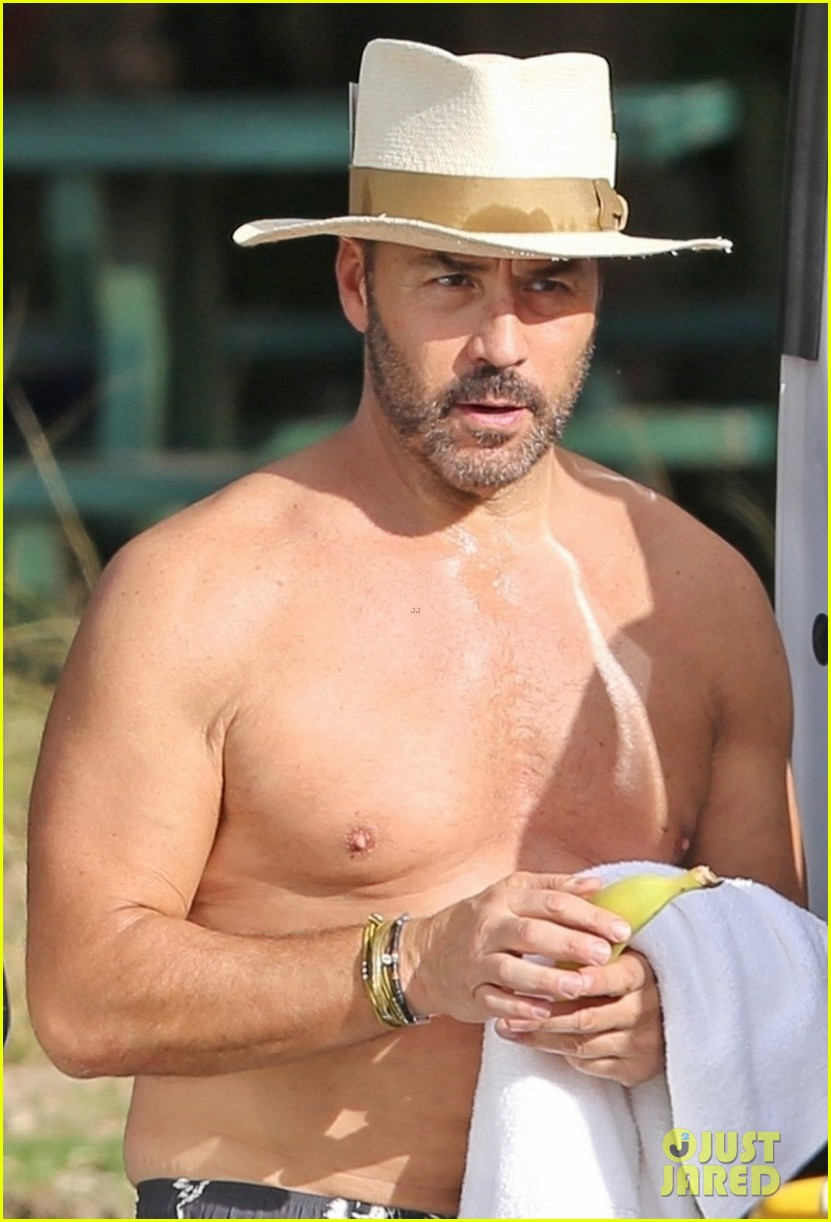shirtless jeremy piven and british actress darcie lincoln relax in hawaii 054005093