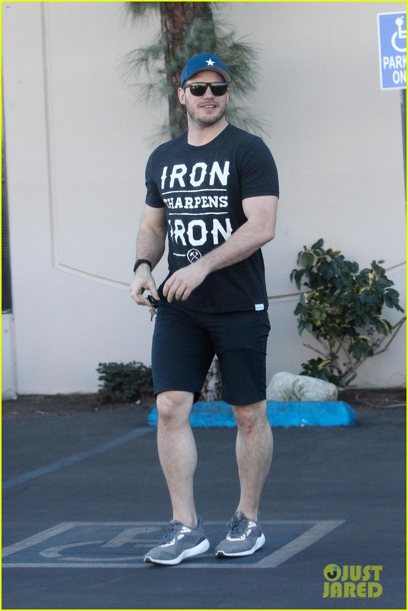 chris pratt flaunts his biceps while out in los angeles 043998492