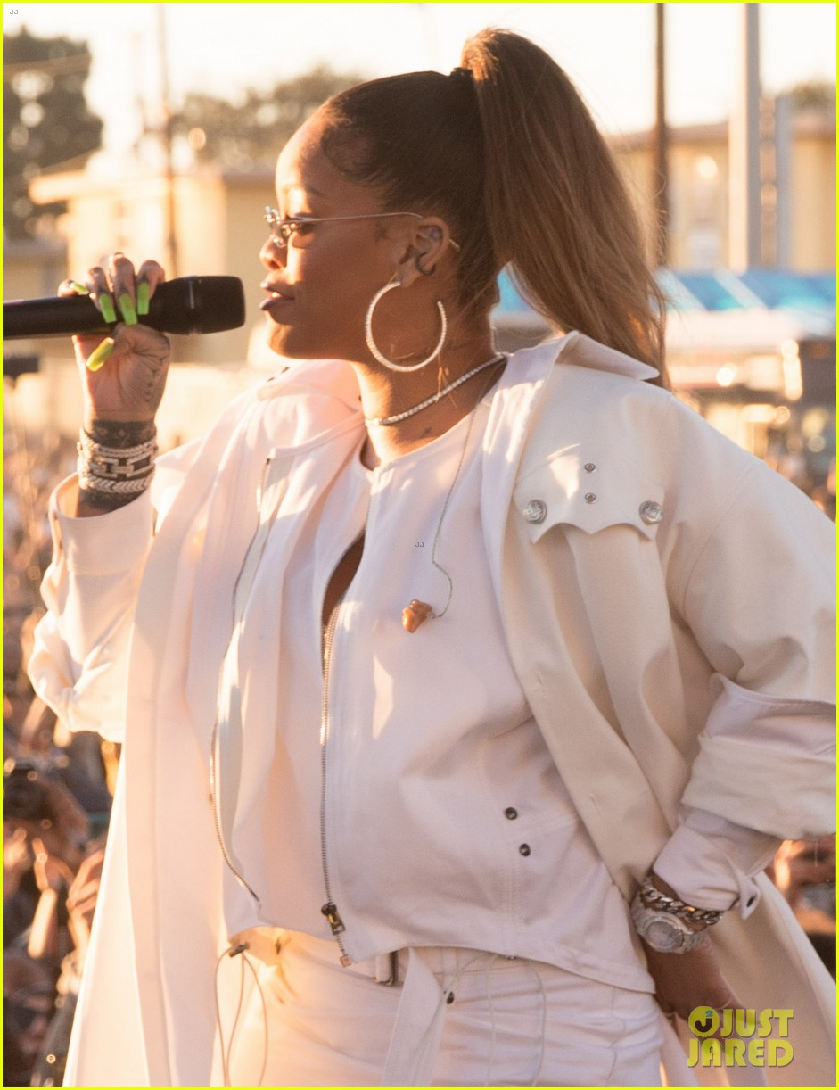 rihanna performs at a free christmas concert in south l a 054003796