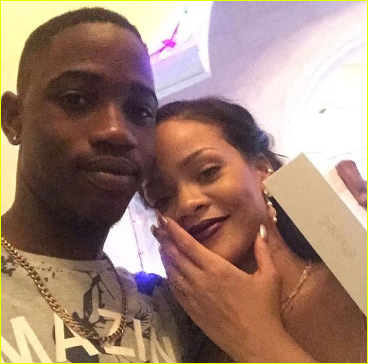 rihanna mourns the death of her cousin due gun violence 044004981