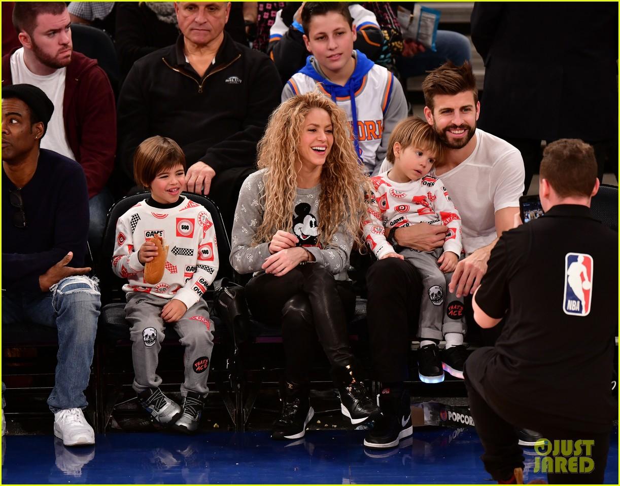 Christmas Day Basketball.Shakira Gerard Pique Bring Their Kids To Christmas Day