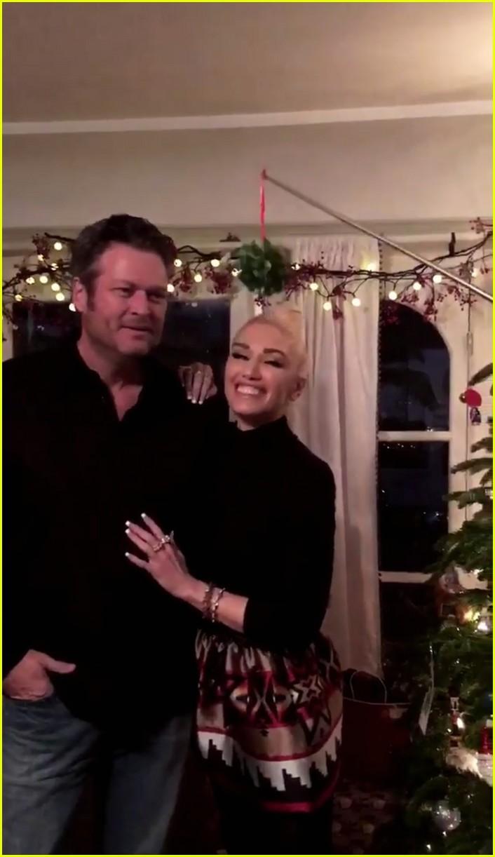 gwen stefani blake shelton kiss under the mistletoe on christmas eve - Blake Shelton Christmas