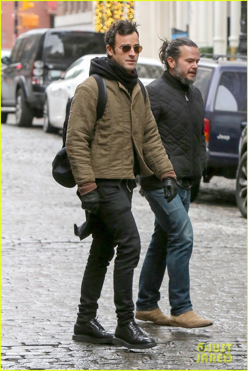 justin theroux bundles up while out in nyc 014001203