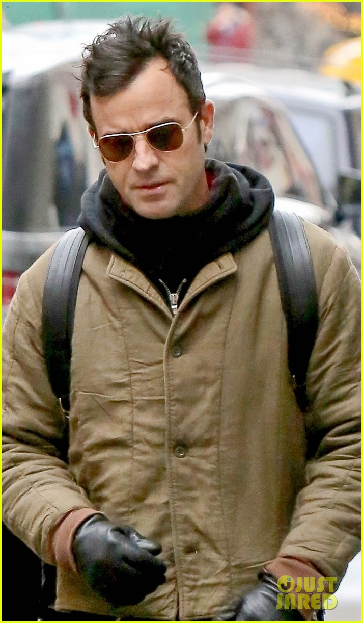 justin theroux bundles up while out in nyc 024001204