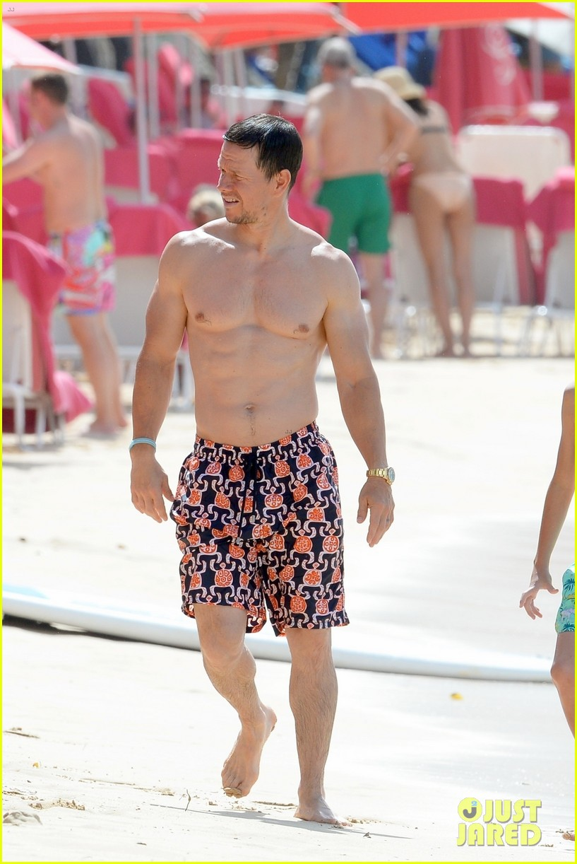 mark wahlberg puts shredded physique on display during holiday vacation 014005291