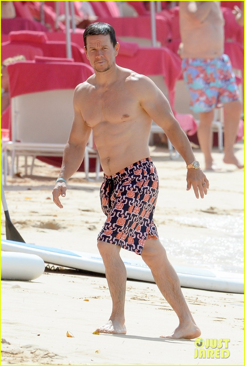 mark wahlberg puts shredded physique on display during holiday vacation 034005293