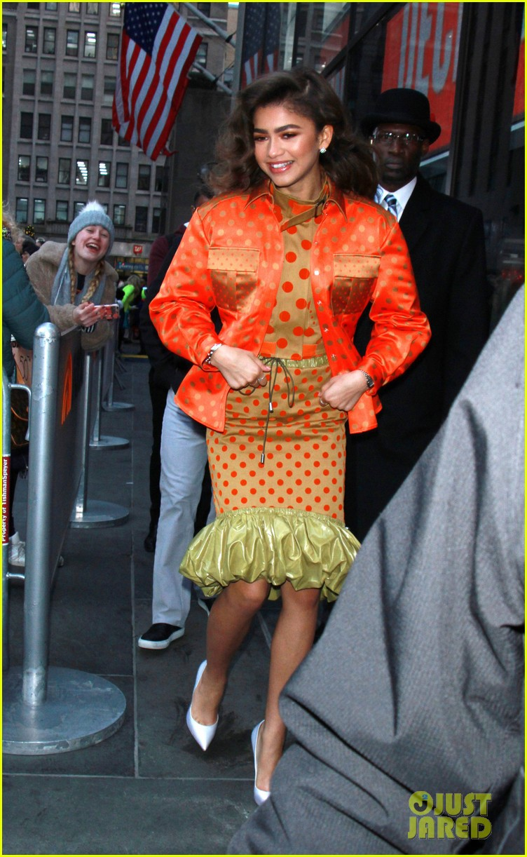 087639cef3 Zendaya Appropriately Starts Her Day in Gold to Celebrate Golden Globes Noms !
