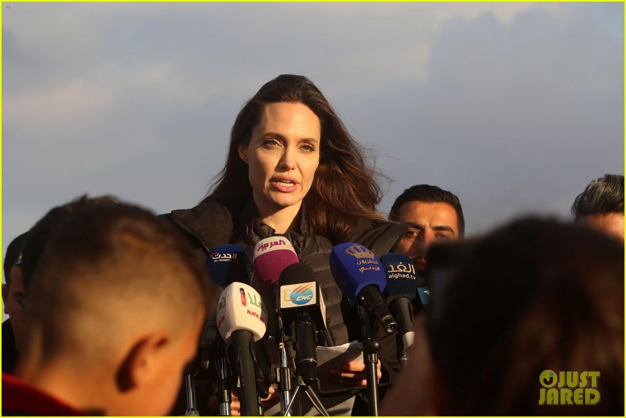 angelina jolie visiting refugee camps 014022442