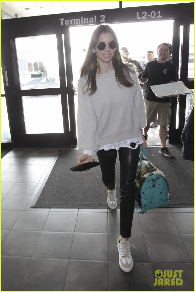 jessica biel rocks leather pants for flight out of lax 014015657