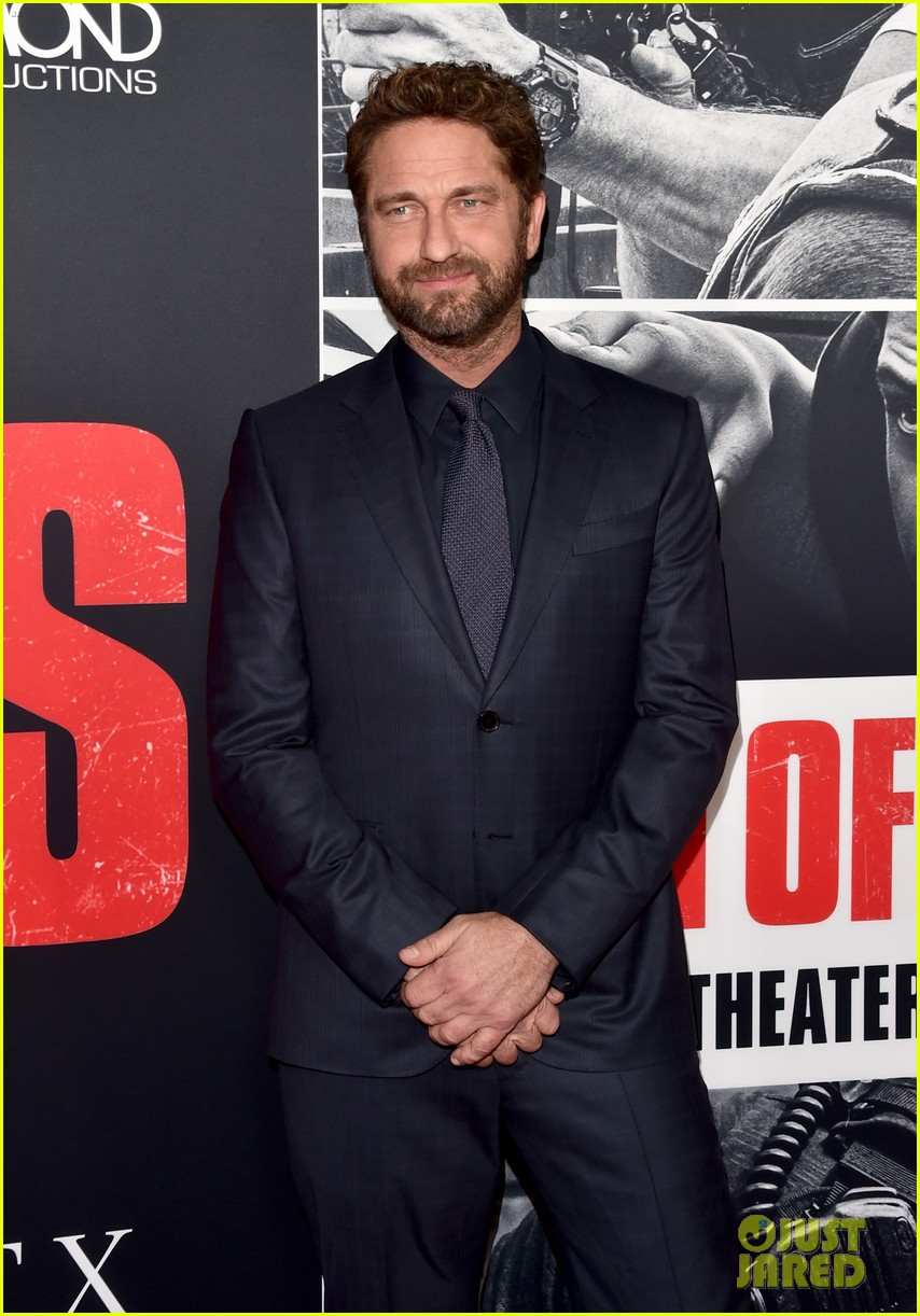 gerard butler brings girlfriend morgan brown to den of thieves premiere 034016112