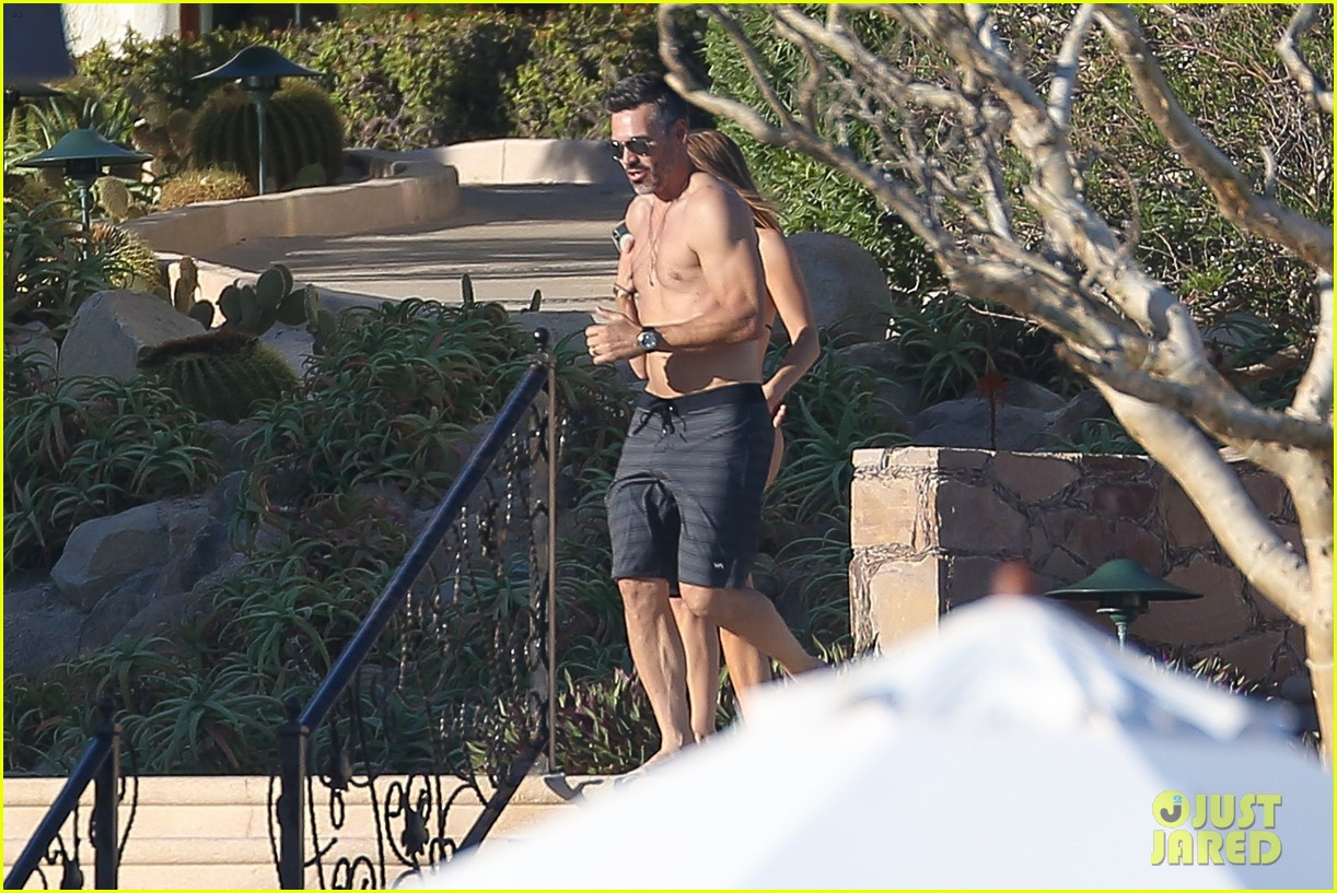 eddie cibrian flaunts tond abs on vacation with wife leann rimes 054012368