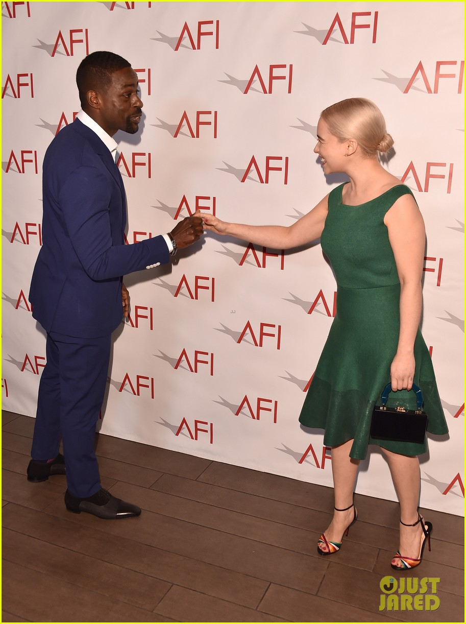 Conventions et autres sorties - Page 5 Emilia-clarke-meets-the-this-is-us-cast-at-afi-awards-2018-03