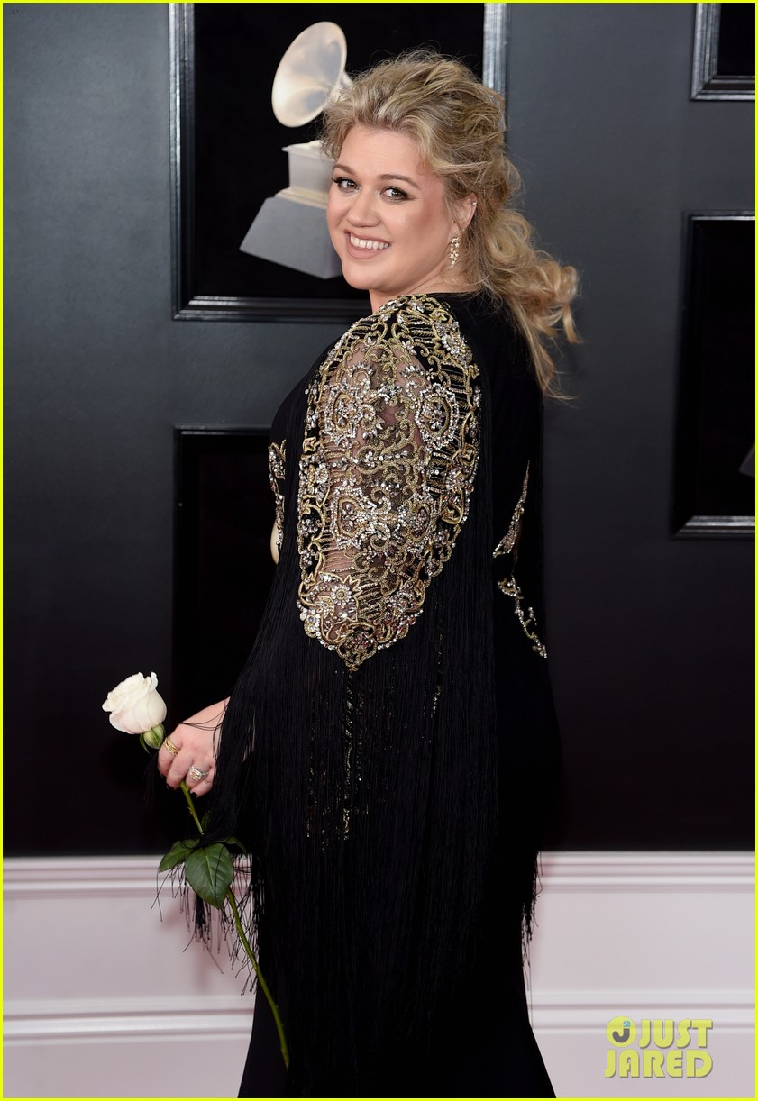 Kelly Clarkson Shows Solidarity for Time\'s Up Movement at Grammys ...