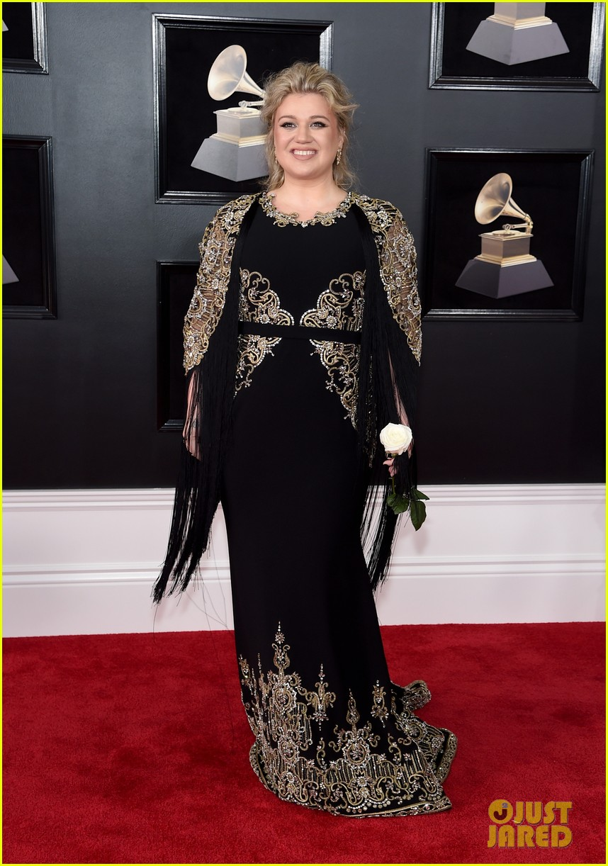 kelly clarkson grammys 2018 red carpet 084022787