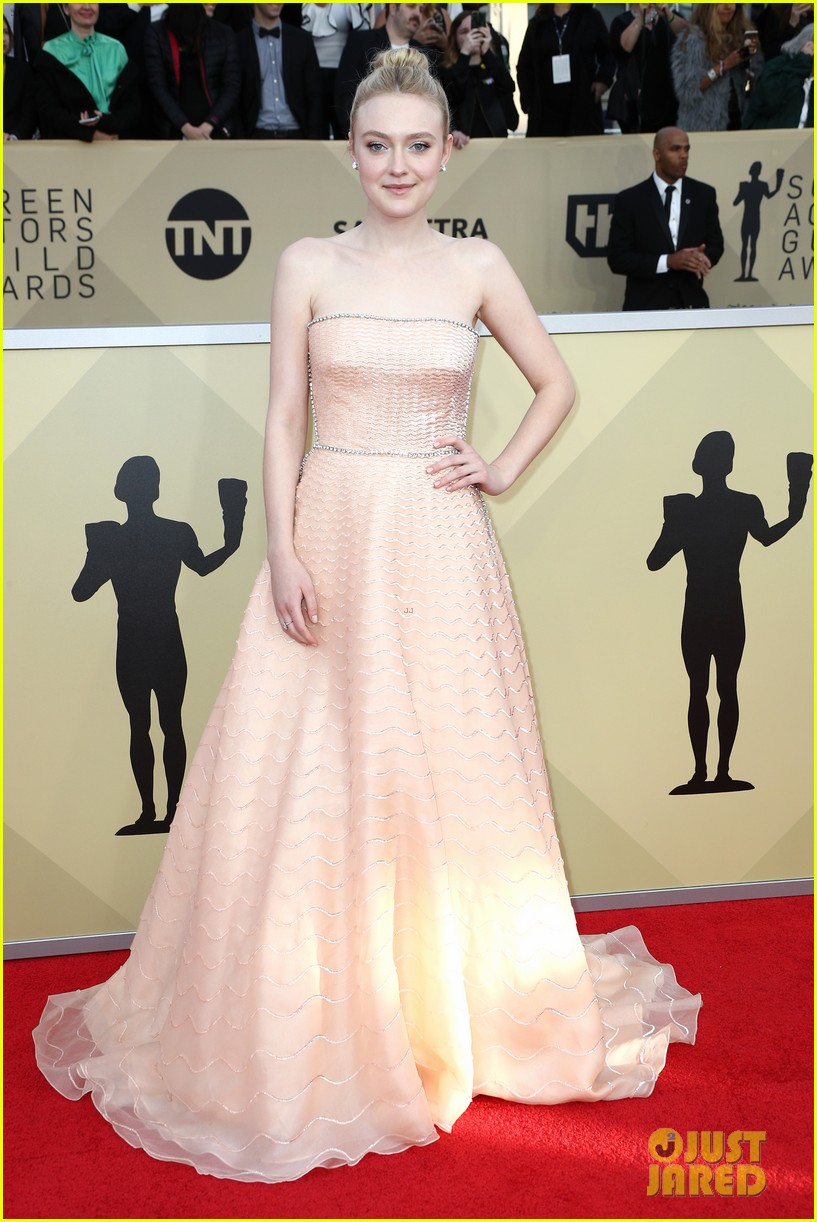 dakota fanning millie bobby brown sag awards 2018 064018689