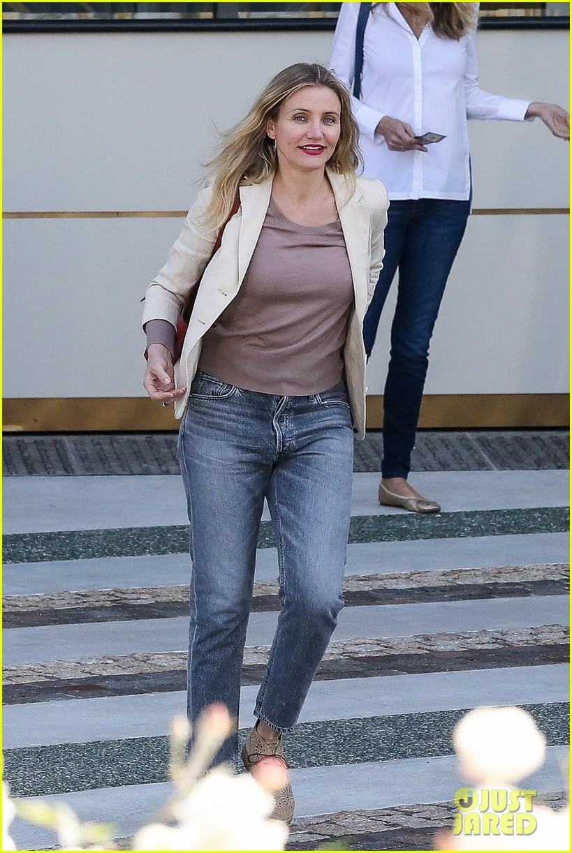cameron diaz is all smiles while out to lunch with a friend 054017250