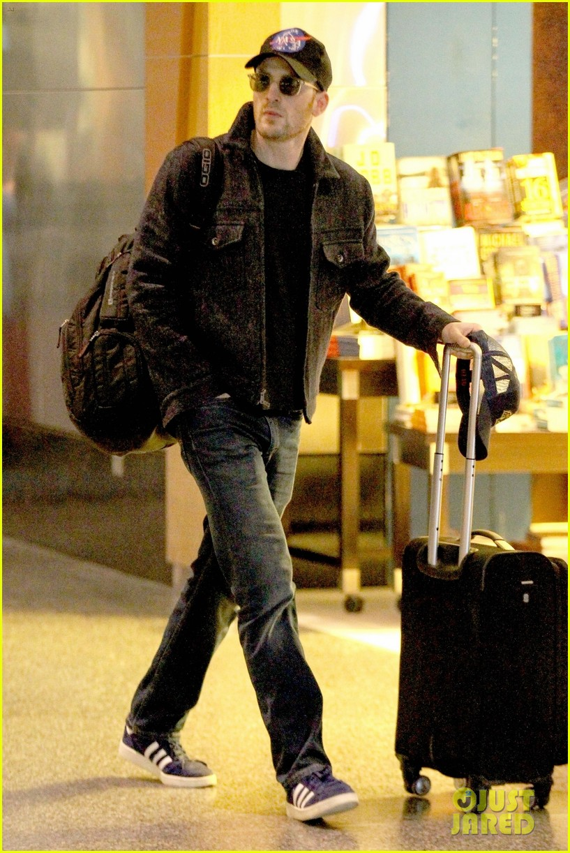 Chris Evans Flies Home To Boston For The Weekend Photo