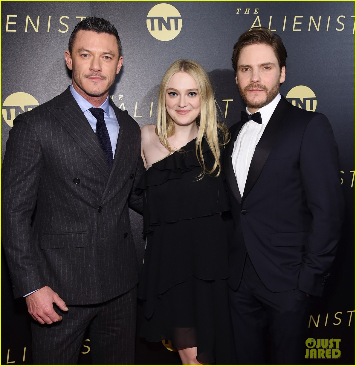 luke evans joins dakota fanning daniel bruhl at nyc premiere of the alienist 024015607