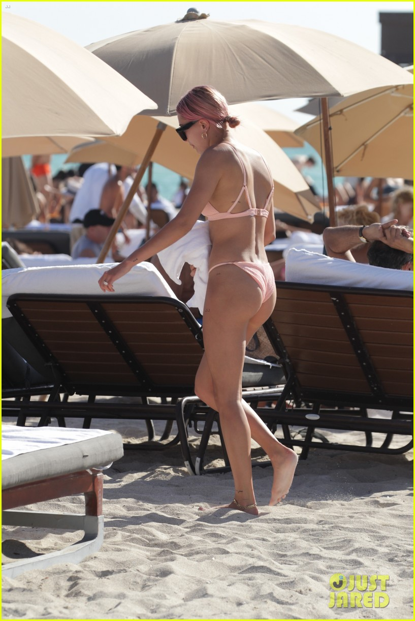 hailey baldwin starts the new year in her bikini at the beach 044006574