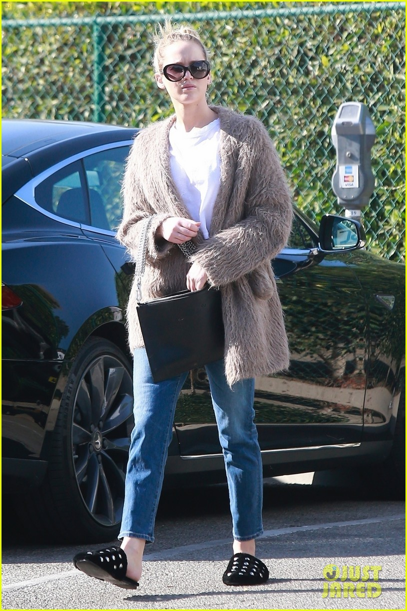 jennifer lawrence rocks house slippers while out shopping 014007578