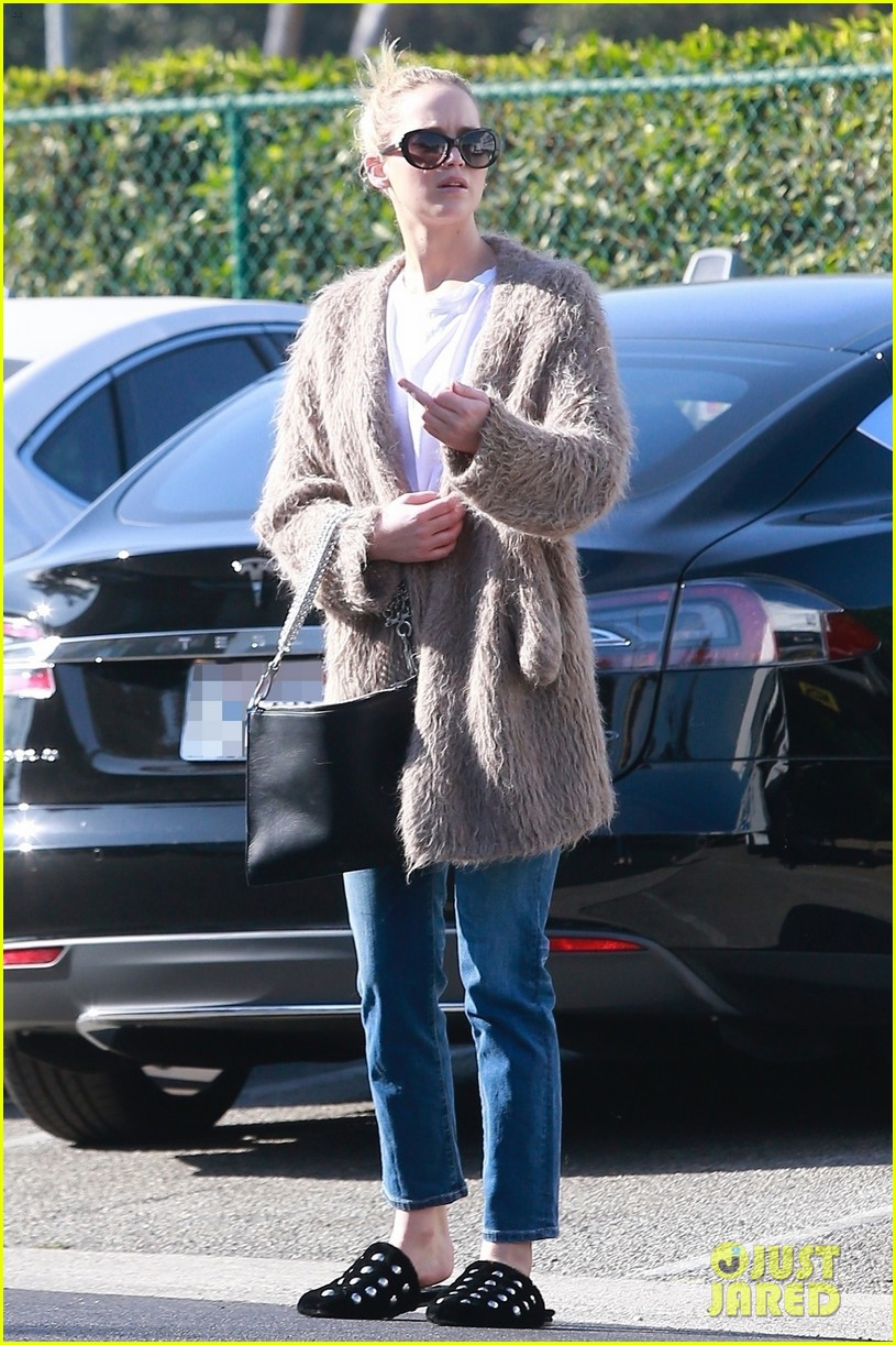 jennifer lawrence rocks house slippers while out shopping 034007580
