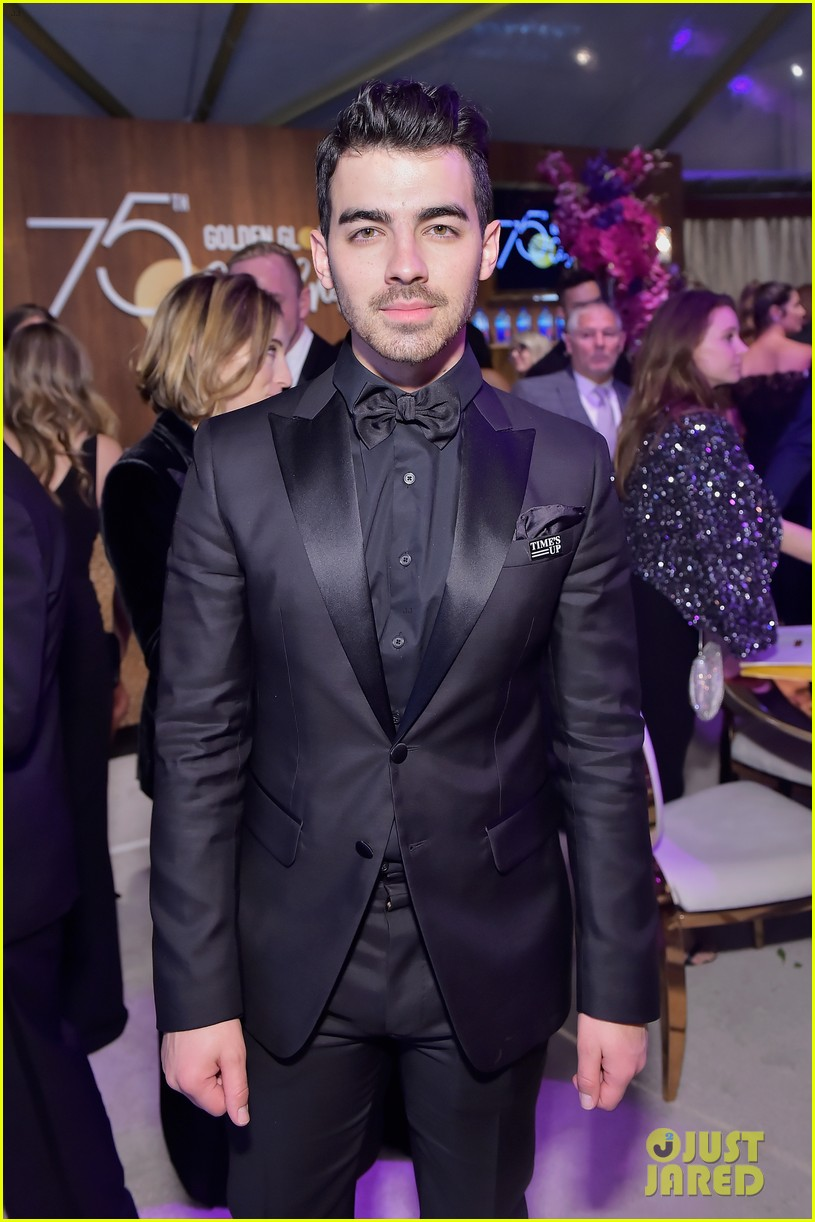 joe jonas nick jonas golden globes 2018 014010985