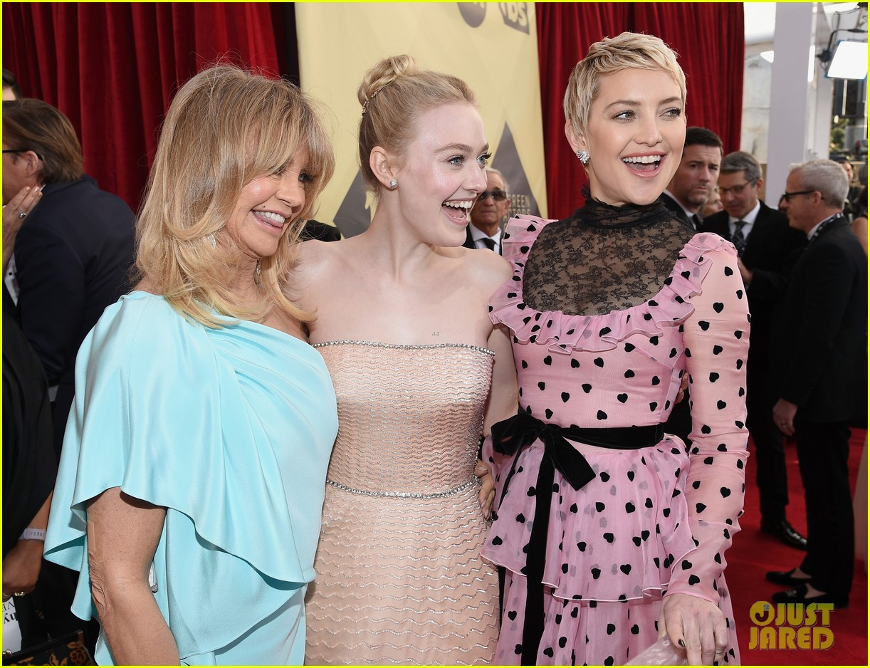 Kate Hudson Goldie Hawn Have A Mother Daughter Moment At Sag